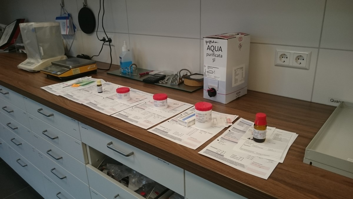 Rezepturanfertigung im Labor der Alt Marzahner Apotheke